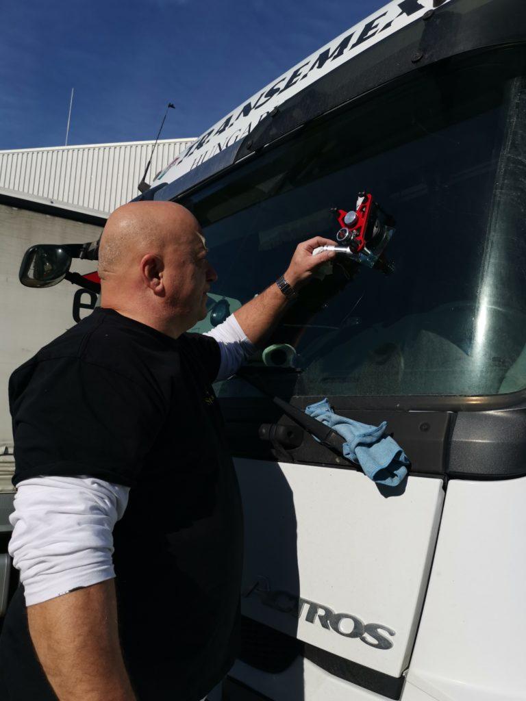 Szélvédő javítása kamionon